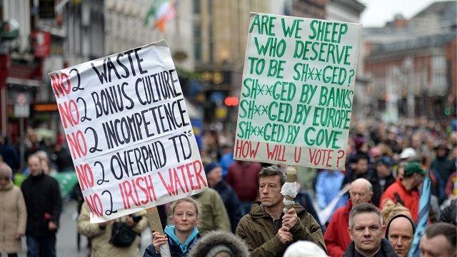 Irlande: à l'approche des élections, des milliers de manifestants défilent contre l'austérité Check more at http://info.webissimo.biz/irlande-a-lapproche-des-elections-des-milliers-de-manifestants-defilent-contre-lausterite/