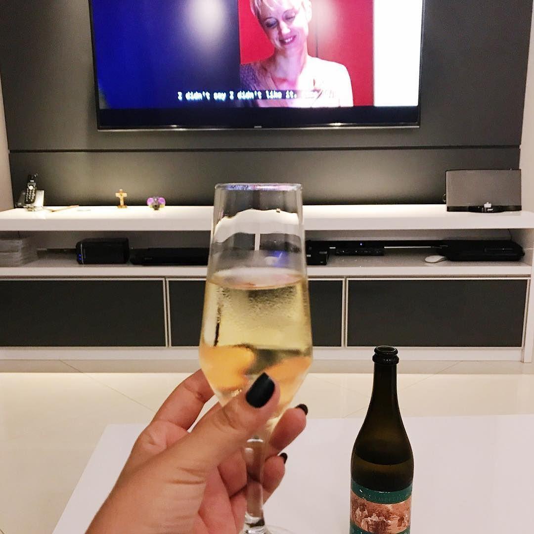 I didnt say I didnt like it...  #cheers #winethursday #enjoyingmyself . . Melhores coisas da minha vida Balzaquiana: casa limpa silenciosa e um ótimo vinho pra fechar  descobri um amor por Lambrusco gente!