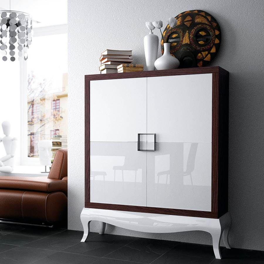 aparador con puertas de madera y estante interiores