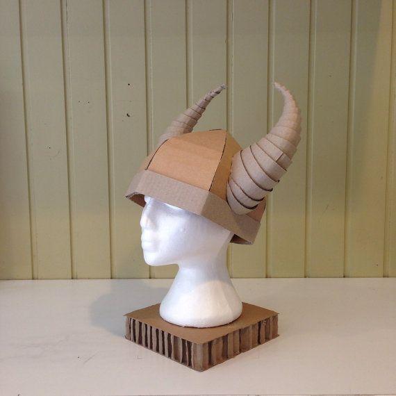 Ideal para un disfraz de vikingo de Halloween o simplemente un sombrero de  vikingo para niños jugar con. Cascos de vikingo viene ... 8879972557f9
