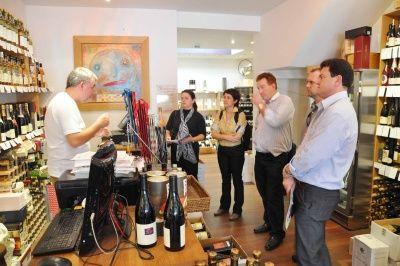 Vinícolas brasileiras conhecem sistema de compra e venda de vinho em Londres http://sul21.com.br/jornal/2012/06/vinicolas-brasileiras-conhecem-sistema-de-compra-e-venda-de-vinho-em-londres/