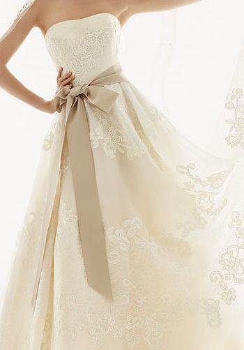 今大流行中のウェディング小物♡サテン素材のサッシュベルトでドレスを ...