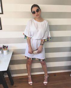 Look da Bruna Unzueta com vestido branco de pompom colorido e sandália branca