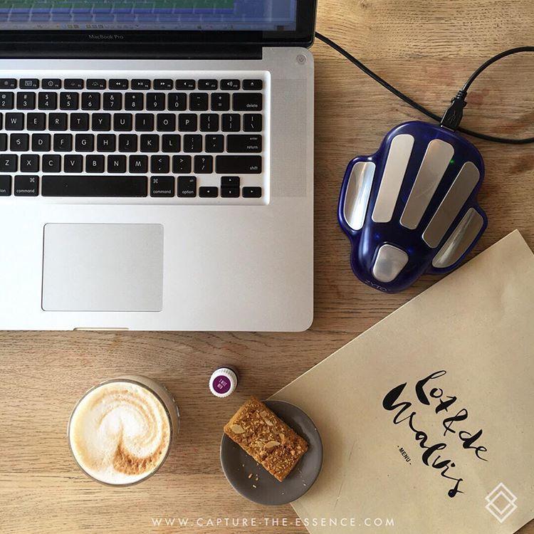 L O T. & D E. W A L V I S. 🐳 wat een onwijs leuk tentje met lekkere koffie ☕️. Wat mooi om op dit soort plekken gewoon je werk te kunnen doen. #zytoscan #younglivingessentialoils #cappuccino #lotendewalvis