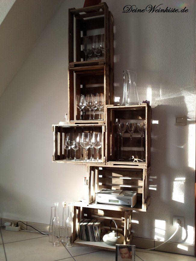 Regal aus Weinkisten (mit Anti-Holzwurm-Wärmebehandlung) gestapelt