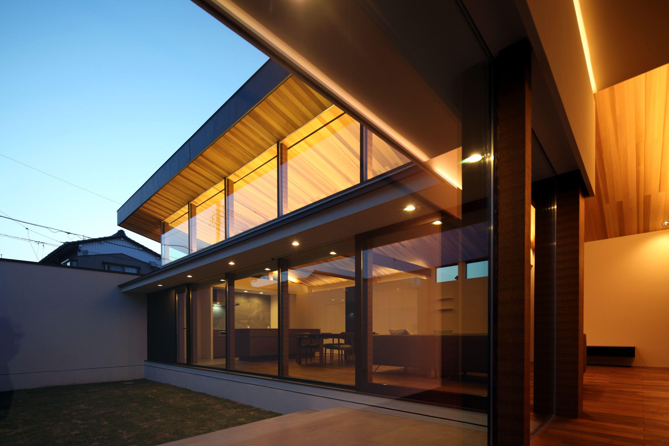 コートハウスとし プライベートな中庭を形成することで 周囲の視線を