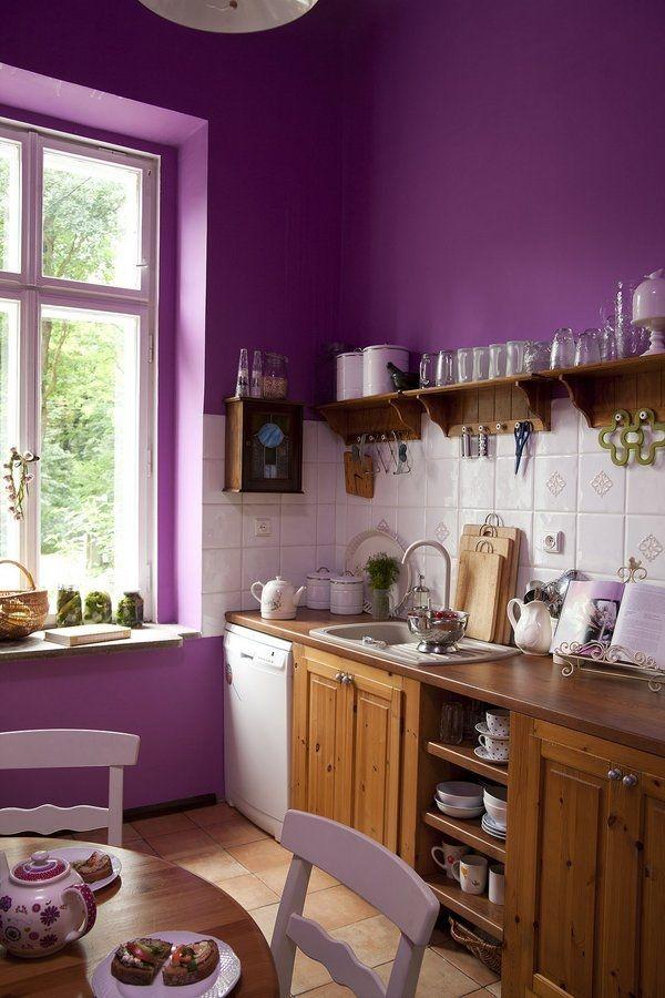 Wandfarbe kueche aubergine farbe holzmoebel landhausstil