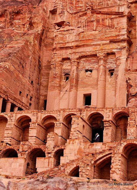 Petra Le Tombeau A L Urne Jordan Country Petra Jordan Beautiful Places