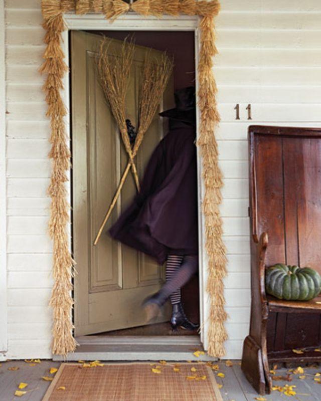 Découvrez des décorations pour les portes dentrées dans le thème d halloween une manière originale et créative de jouer avec le noir et lorange