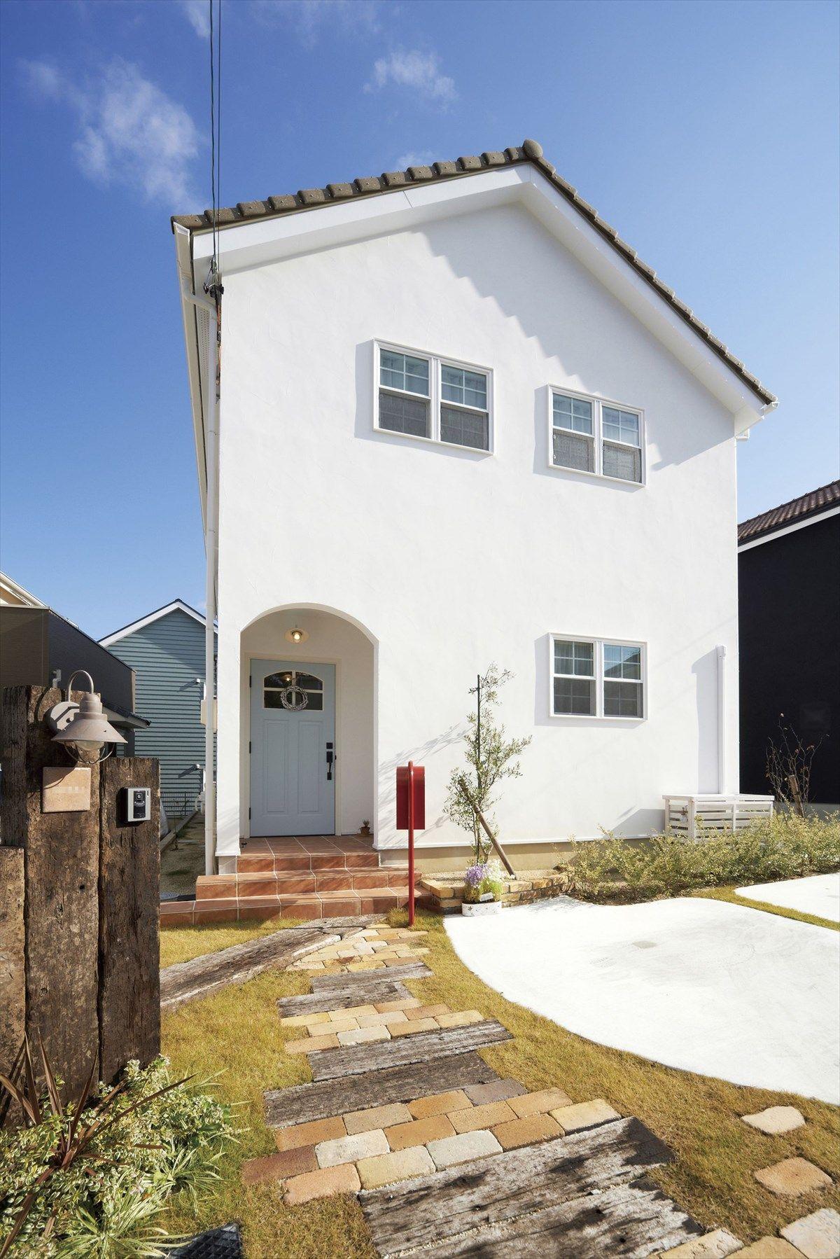 家 外観 エクステリア 切妻屋根 白い家 塗り壁 無垢玄関ドア