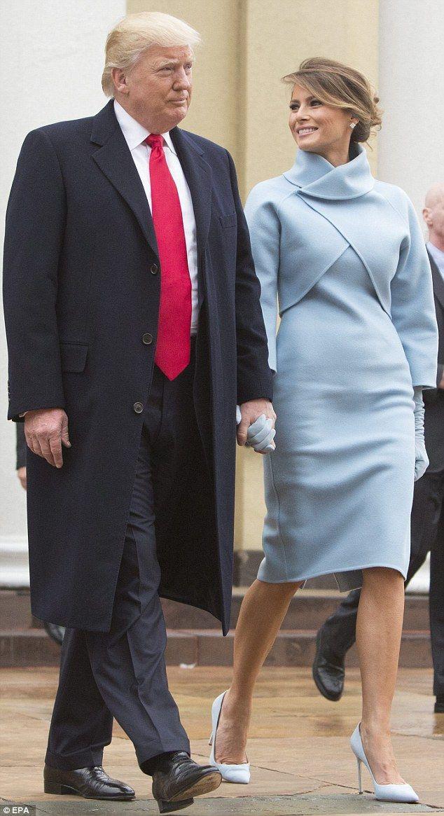 Impecable: Melania Trump ha seleccionado un vestido de bebé azul y una  chaqueta de toma