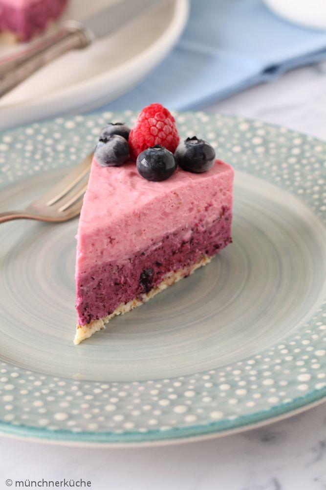 No Bake Kuchen mit Blaubeeren und Himbeeren.