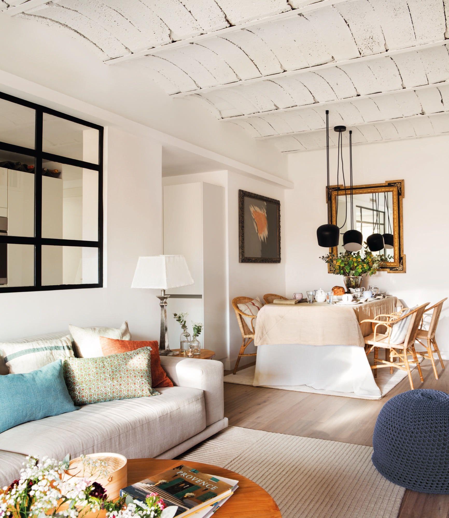 Salon comedor de un piso peque o con ventana de cristal - Decorar piso pequeno ...