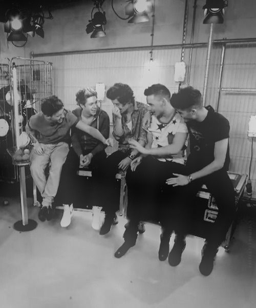 I Love They Always Sit So Squished Together It Makes Me Happy Because It Reminds How Close They Are One Direction One Direction Pictures I Love One Direction