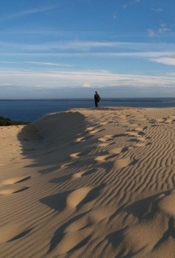 la dune du pilat serenite et solitude au dessus de la mer