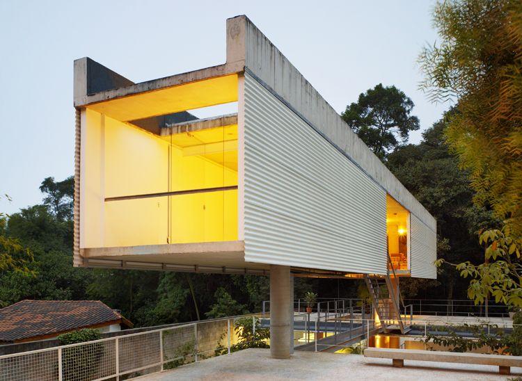 Casa em Carapicuíba. Leé la nota completa: http://arqa.com/arquitectura/carapicuiba-house-in-sao-paulo-brazil.html?utm_content=buffer0d549&utm_medium=social&utm_source=facebook.com&utm_campaign=buffer arquitectura | internacional | architecture