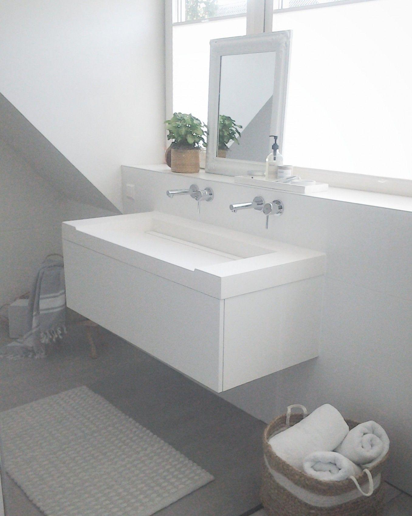Lichte scandinavische badkamer doormiddel van een dakkapel ...