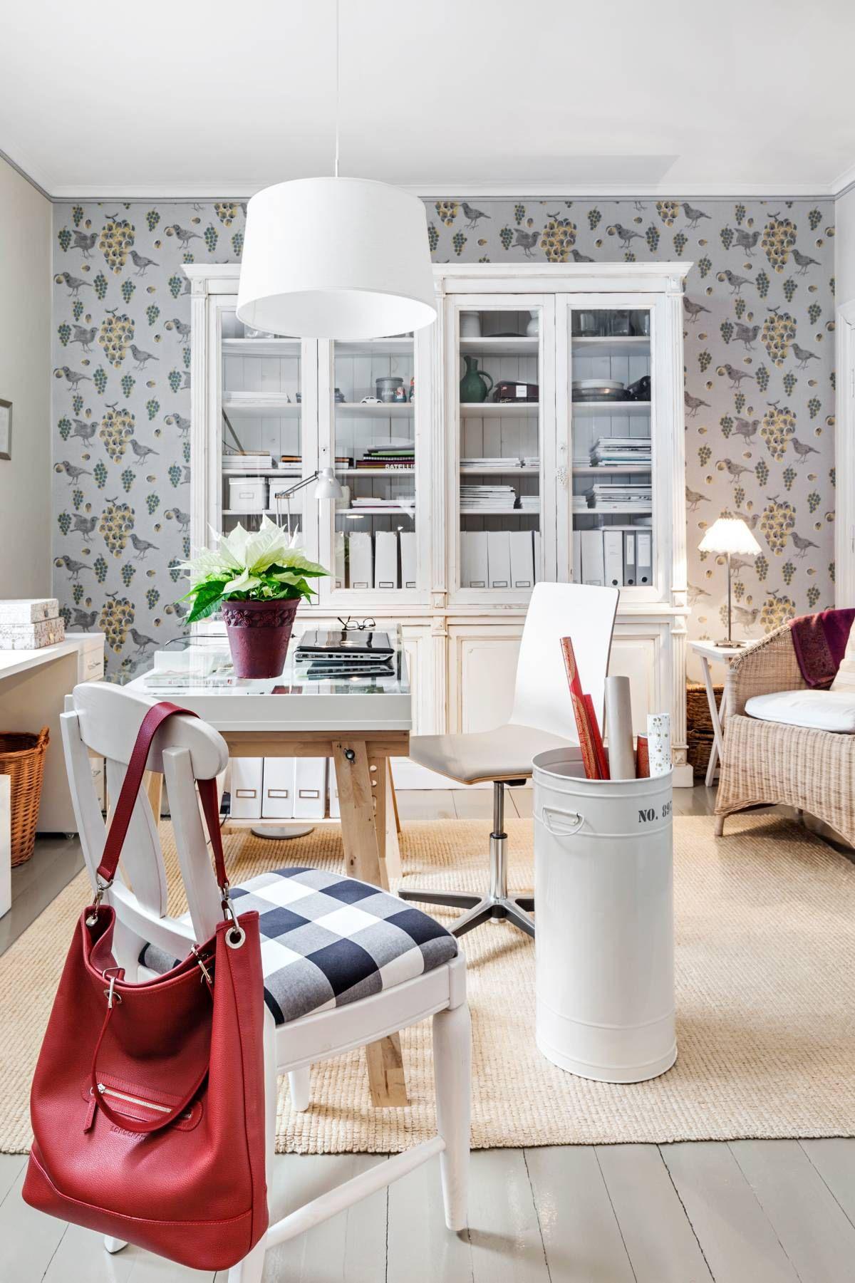 Työhuoneessa on Ikean pukkijalkapöytä. Vanhat korituolit on haettu aikoinaan Tukholman Ikeasta. Työtuolit hankittiin Iskun julkikalustevalikoimasta. Belidin kattovalaisin on siirretty olohuoneesta. Sähkövedot puuttuvat vielä. Metallinen paperirullien säilytyspönttö on Ideaparkin Villa Rosmariinin loppuunmyynnistä. Matto on Ikeasta.