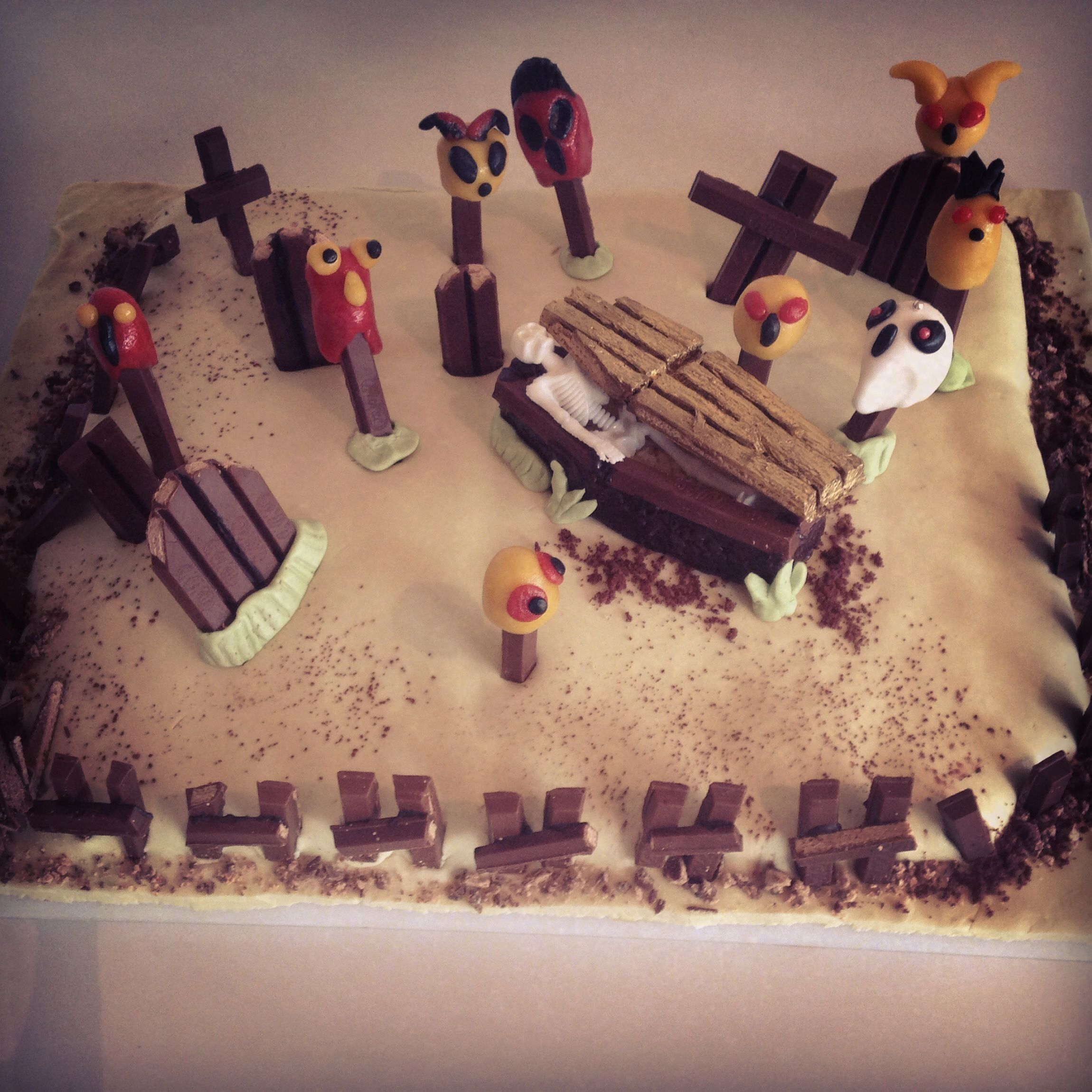 Been following our #SpookyBreakTimeTips?  Here's no 4. Put it all together to create a seriously spine-chilling #KITKAT graveyard cake! Happy #Halloween