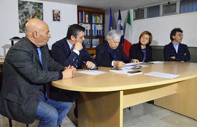 Provincia, Conservatori e Riformisti: «Attendiamo le formali dimissioni di Spina» http://www.corriereofanto.it/index.php/politica/2335-conservatori-riformisti-spina