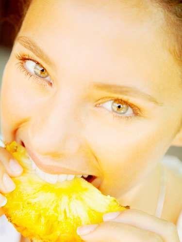 Beneficios de comer piña: Permite que conserves una piel hermosa, pues contiene una serie de enzimas que permiten que la piel se vuelva más elástica y a la vez elimine las células muertas.