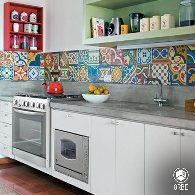 Cocina Con Materiales Reciclados En Revestimientos Y Mesada De