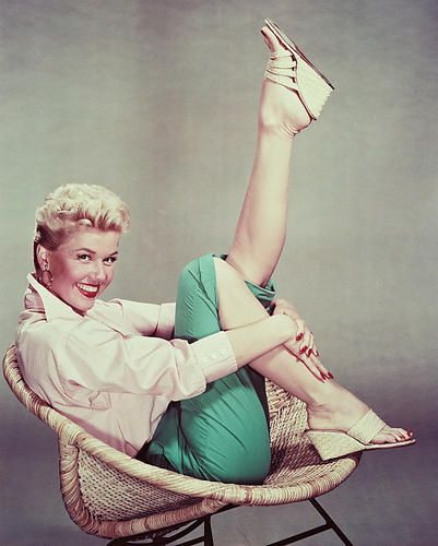 DORIS-DAY-GREAT-1950S-POSE-36X24-POSTER-PRINT