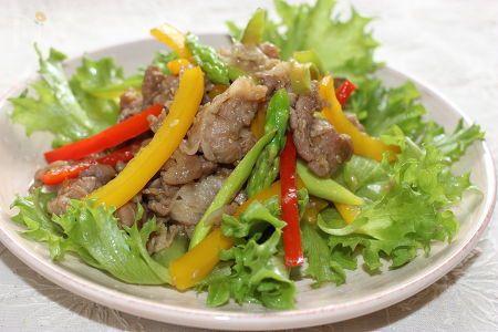 豚肉をオイスターソースベースに甘辛に炒め、生野菜の上にトッピングしました。