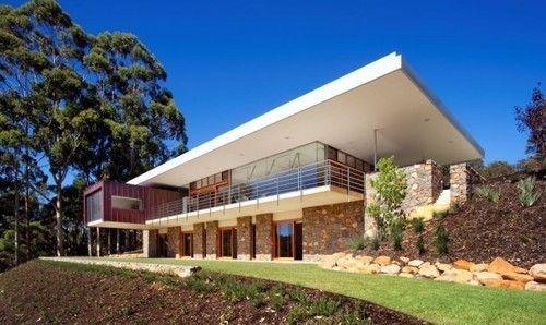 Trés belle combinaison de bois, béton et pierre pour cette maison ...