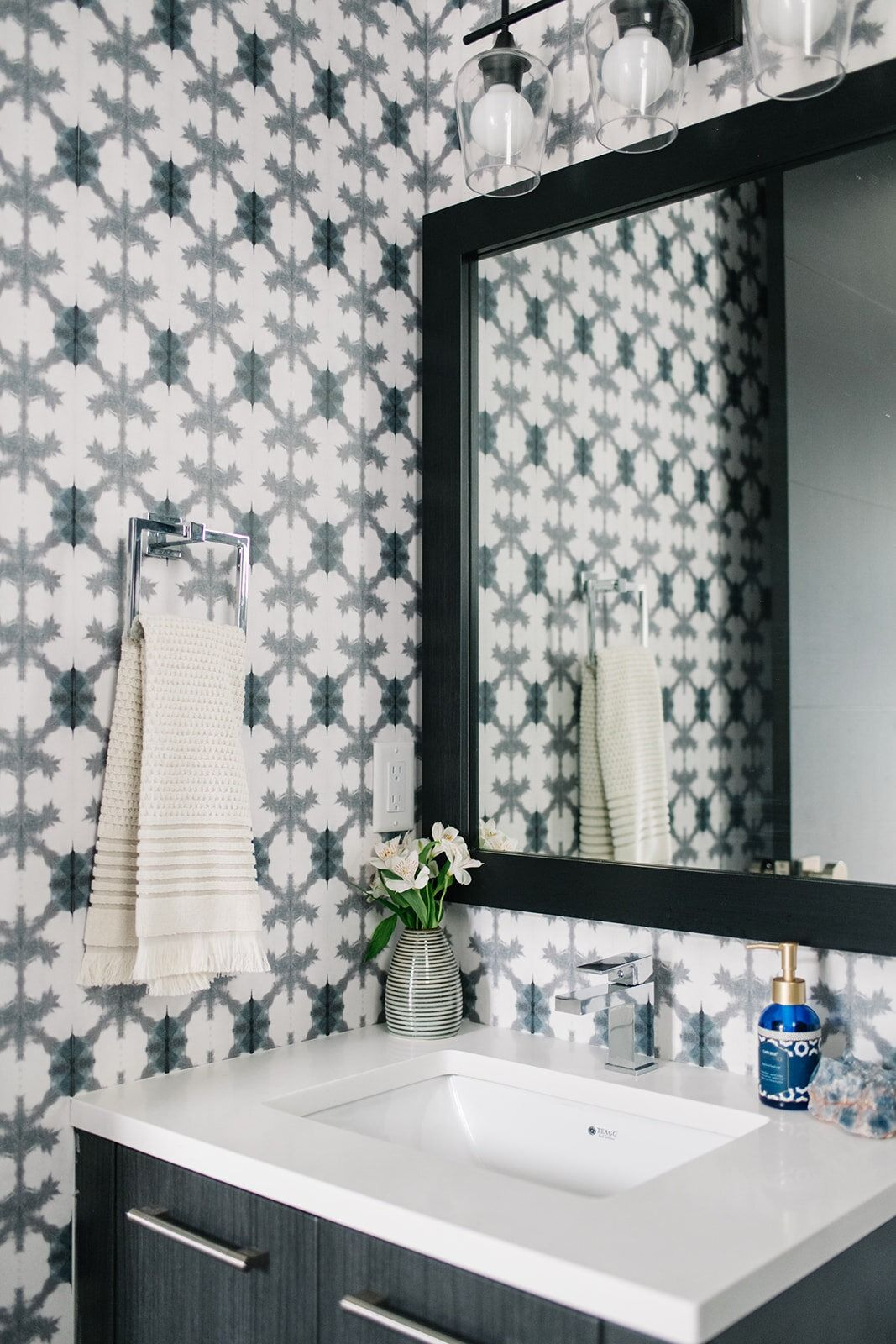 Pineapple Wallpaper Stunning Gray Shibori Wallpaper Milton King Bathroom Interior Design Bathroom Design Inspiration Pineapple Wallpaper