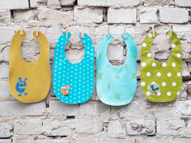 diy-anleitung: baby-wendelätzchen nähen via dawanda.com | babies ... - Diy Baby Deko