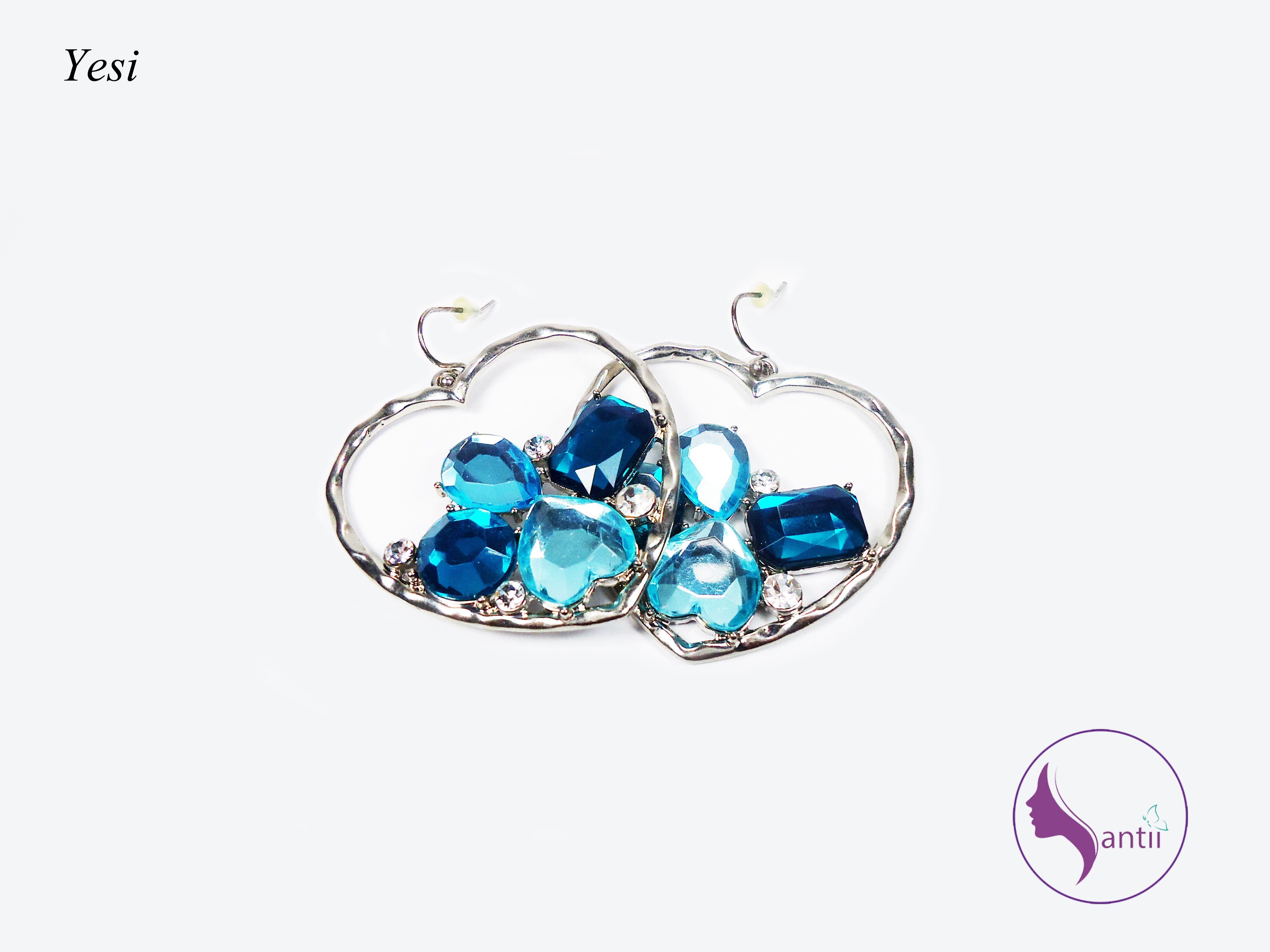 Preciosos aretes en forma de corazón, en color azul. Te harán ver más hermosa de lo que ya estás. <3...