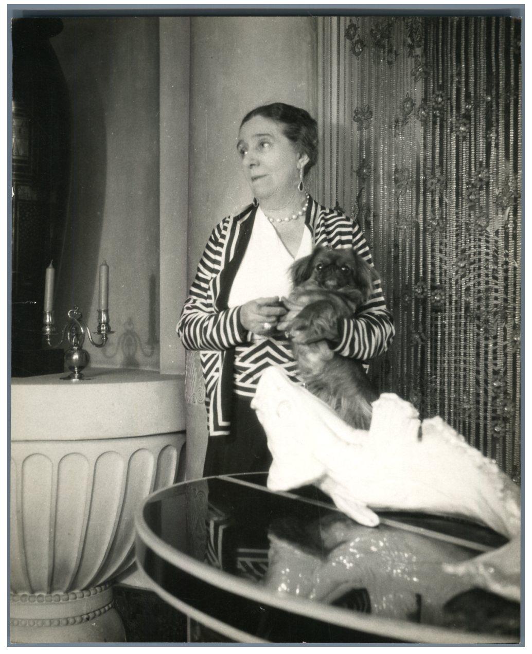 Jeanne Lanvin avec son pékinois, photographiée par Boris Lipnitzki     #Mode #Mode
