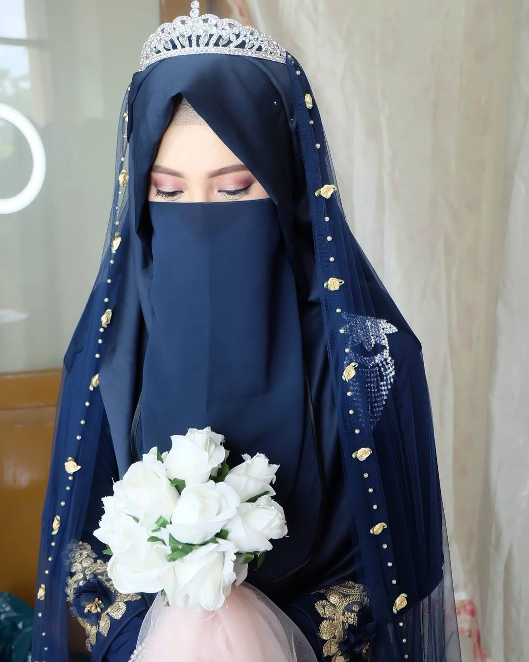 Resepsi Teh Shannaz Makeup And Hijab Syar I As Requested A Very Natural Eyebrow Wihtout Browtrimming An Bridal Hijab Styles Muslimah Wedding Dress Hijab Bride