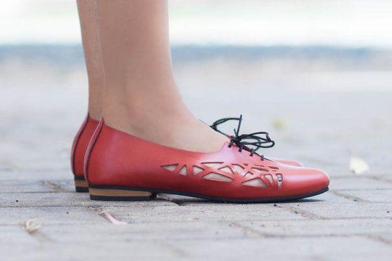 Precio original: $130 //Web precio: $105 Envío gratuito en todo el mundo  Cala Flats◀◀◀ de ▶▶▶ Bangi  Planos de corte de cuero. Hecho de 100% genuino leatehr y ligero microlite único. 0.8cm/0.3 talón Zapatos de verano para darle vida a cualquier equipo, de pantalones vaqueros ocasionales a Vestido de lujo.  Colores disponibles ▶▶▶: ◀◀◀ Negro: http://etsy.me/1H6ft8Z Camello: http://etsy.me/1D4u911  ▶▶ Tamaño ◀◀ Para asegurarse de que usted ha elegid...