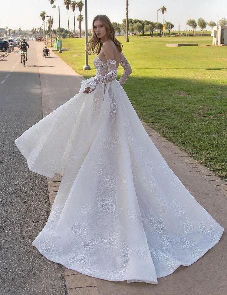 [+] Elaborate Wedding Dress