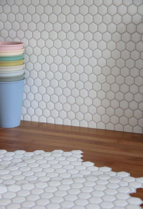 Les plaques adhésives Hexago de TheSmartTiles pour recouvrir la crédence    http://www.homelisty.com/carrelage-adhesif-cuisine-avis-relooking/