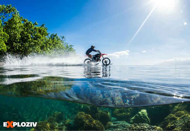 """Pripnúť si na motokrosovú motorku vodné lyže a surfovať s ňou na morských vlnách? Australský kaskadér dokázal, že to nie je len sci-fi.    34-ročný australský kaskadér Robbie """"Maddo"""" Maddison vyskúšal na polynézskom ostrove Tahiti bláznivý e..."""
