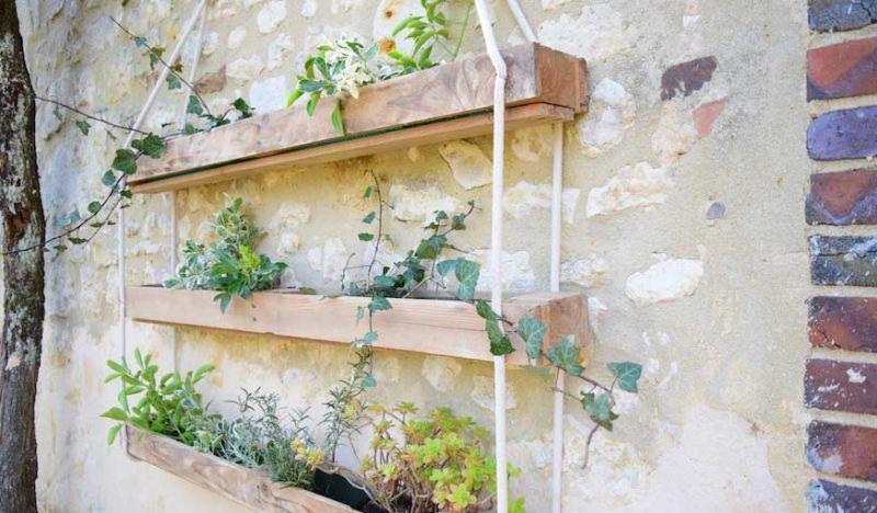 Diy pour fabriquer une jardini re suspendue en bois de - Fabriquer une jardiniere en bois de palette ...