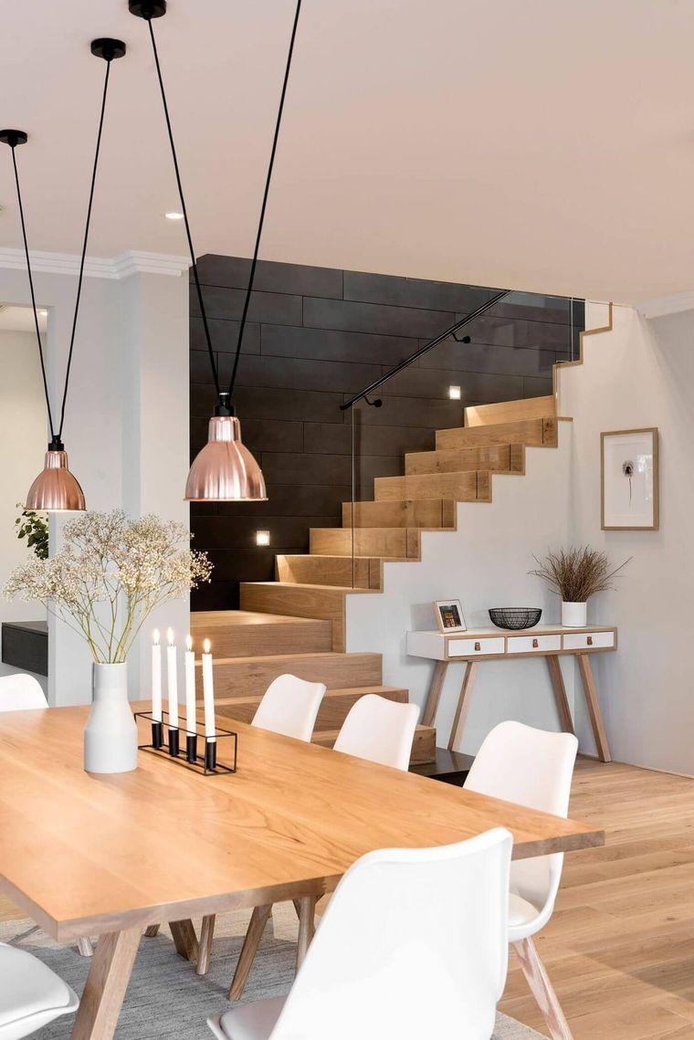 Salon avec escalier, mur noir avec plaques d\'ardoise. Chic, moderne ...