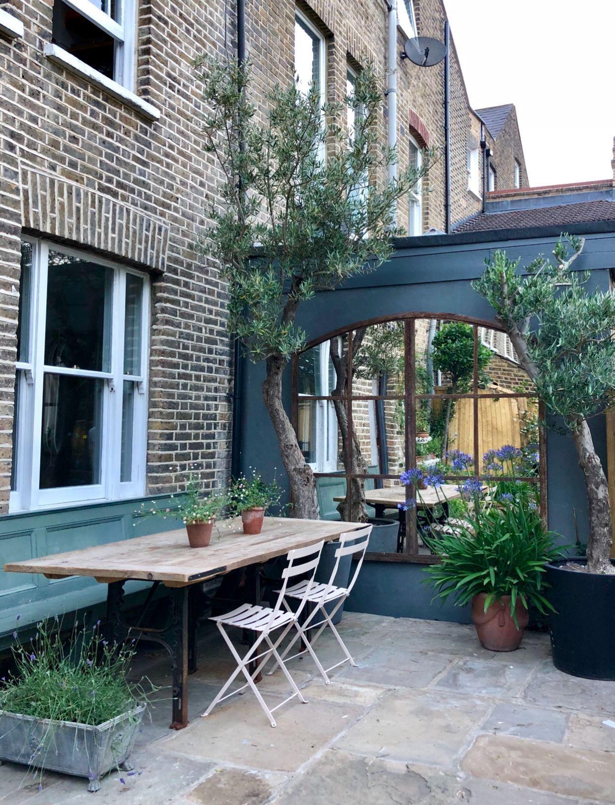Kleine tuin  Zo verwerk je een spiegel in je tuin is part of Small courtyard gardens, Garden mirrors, Garden design layout, Patio garden, Terrace garden, Courtyard garden - Spiegels zijn helemaal in  Bij een klein interieur is een spiegel één van de eerste dingen die ge