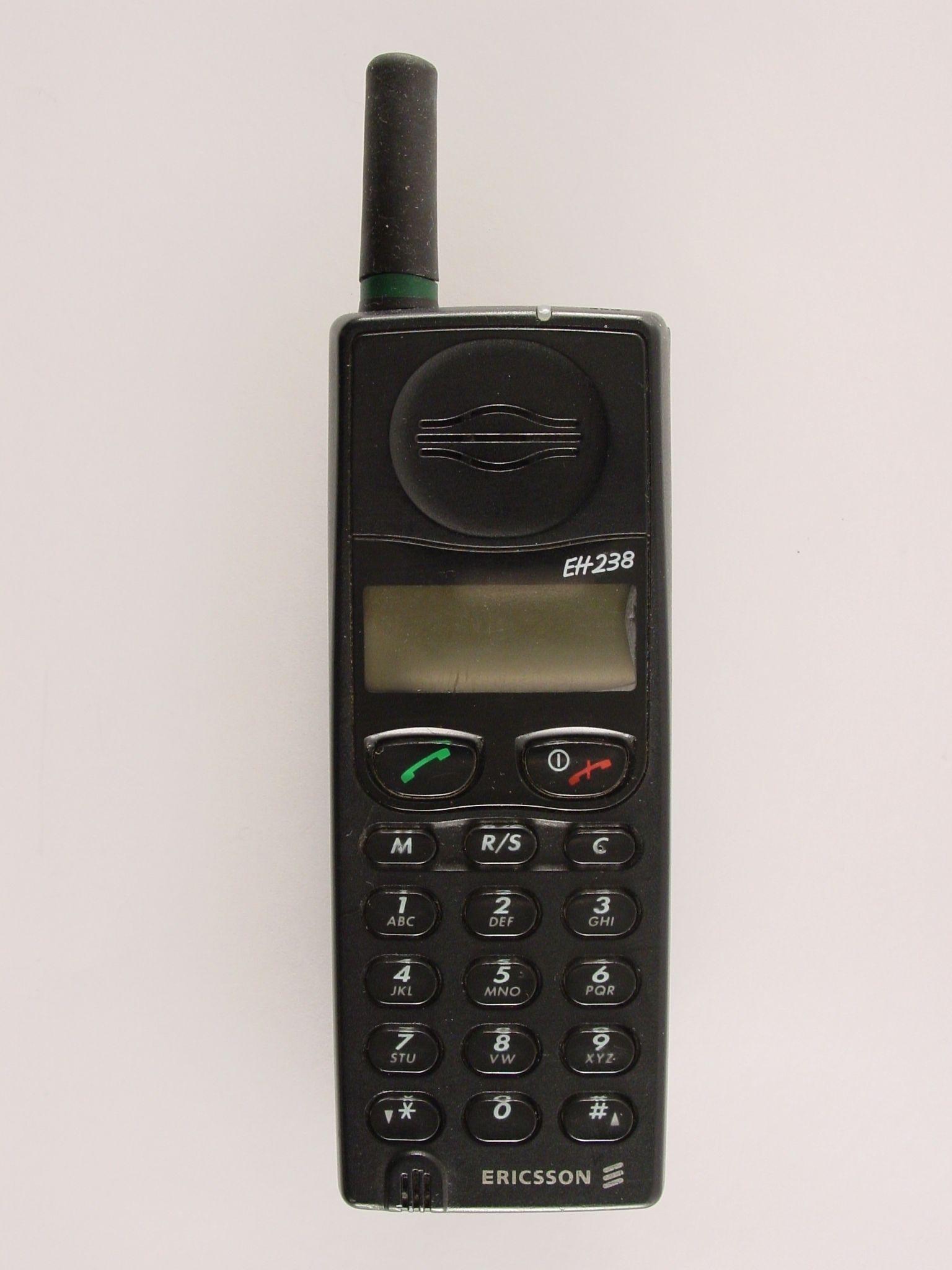 Teléfono móvil. 1995. (España: Ericsson). 16 x 4 x 4,5 cm. Museo Histórico de la Informática (Boadilla del Monte) www.mhi.fi.upm.es/ Colección Digital Politécnica http://cdp.upm.es/R/?object_id=497889&func=dbin-jump-full