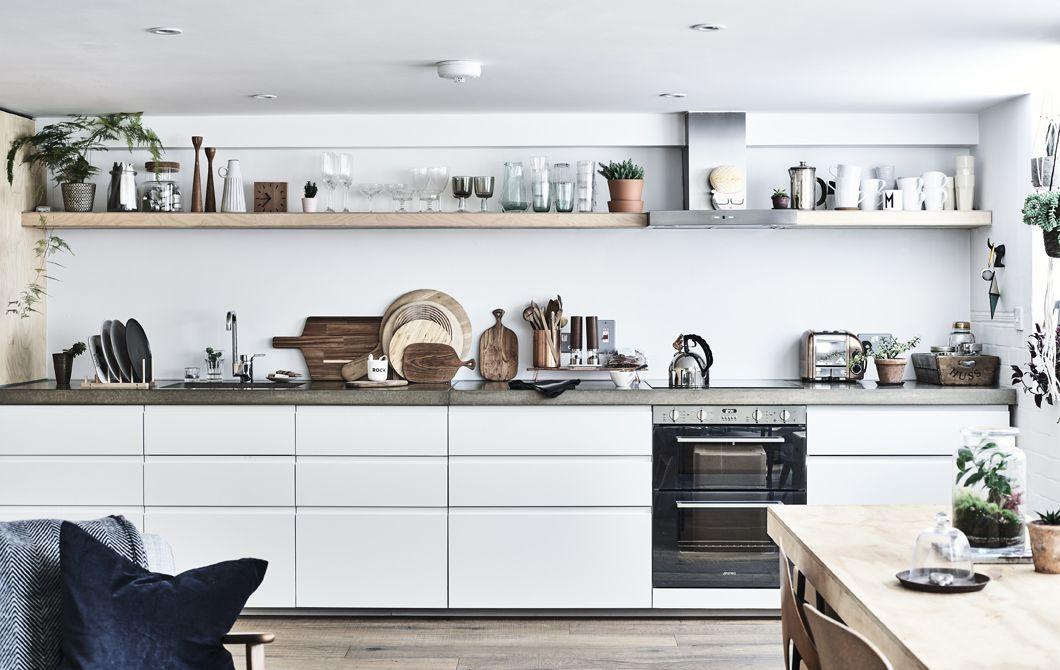Una cucina bianca con scaffali e piani di lavoro in cemento. | Home ...
