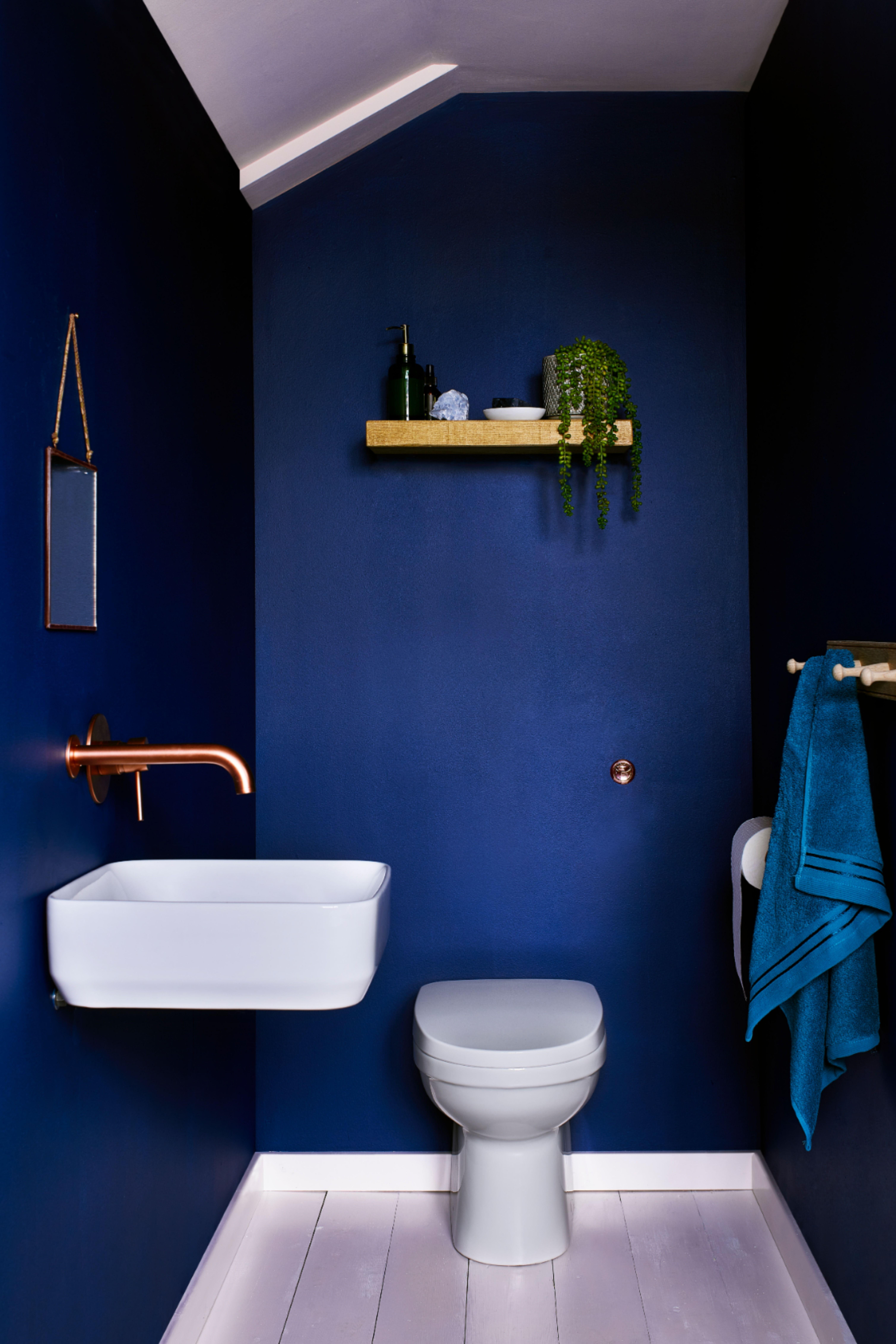 Mur Bleu En 2020 Deco Salle De Bain Bleue Salles De Bains Bleu Fonce Couleurs De Peinture Salle De Bains