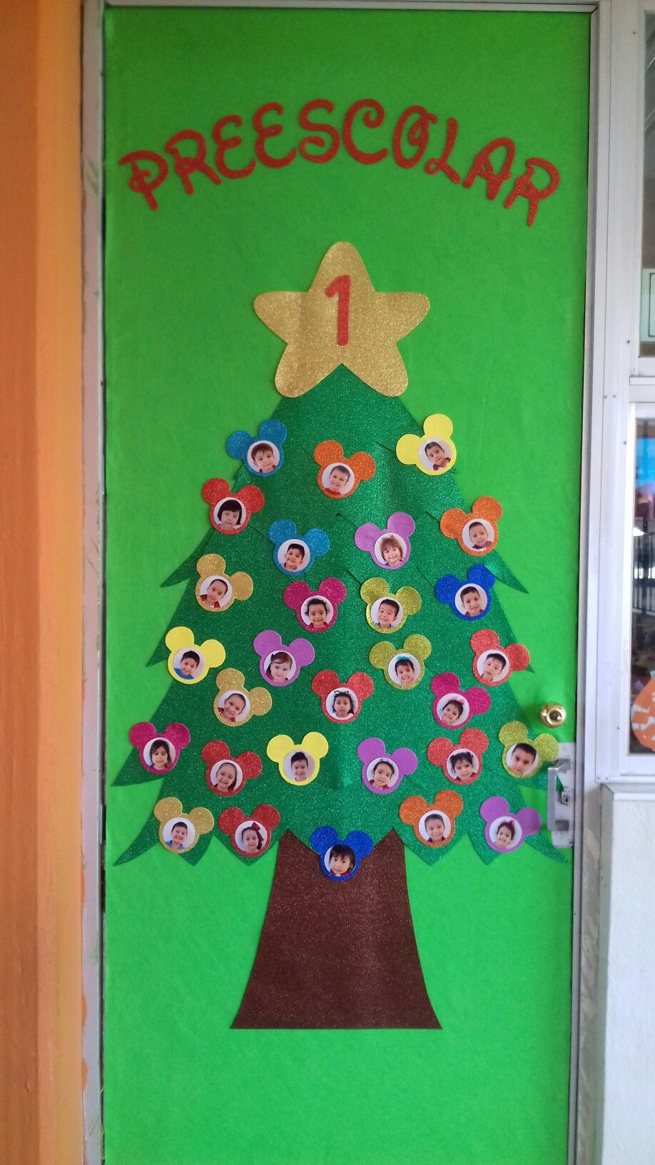 Christmas classroom door decor puerta del salon de for Puertas decoradas para salon de clases