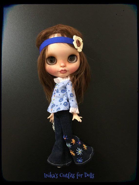 Questa inserzione comprende: Camicia azzurra a fiorellini in cotone Pantalone Hyppies in tessuto jeans con ricami realizzati a mano. Piccola fascia