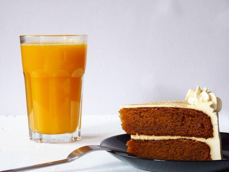 Zumo de naranja y jengibre, y tarta de zanahoria (de la pastelería vegana Lujuria Vegana)    Orange ginger juice, and carrot cake (from the vegan bakery Lujuria Vegana)