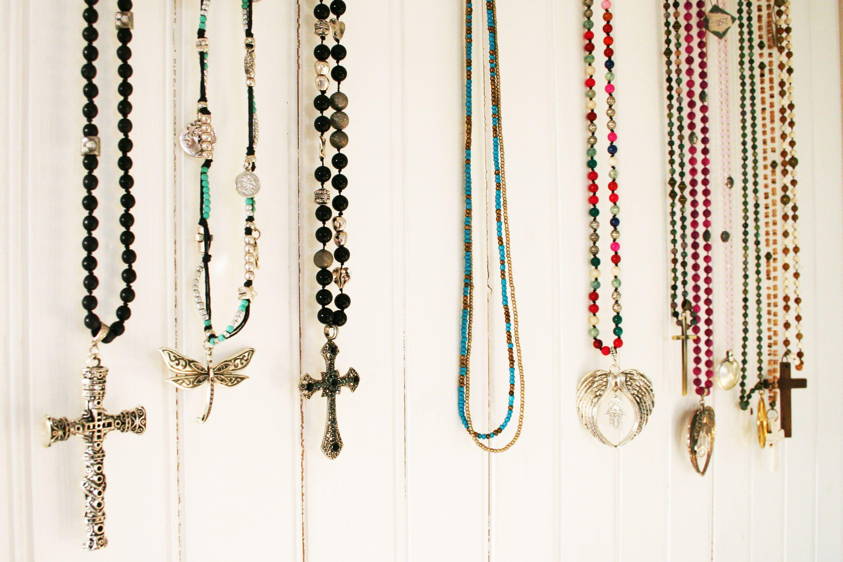 Halsband i läckra färger och former. Matcha, mixa som du vill.