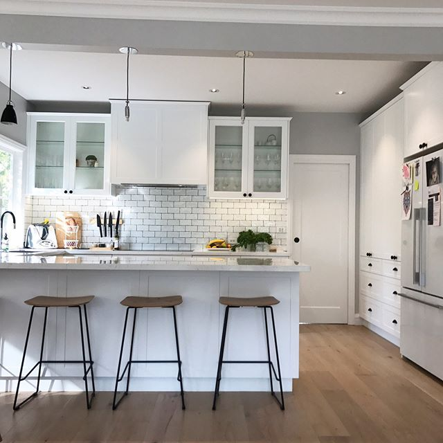 Traditional Style Kitchen Design With A Modern Twist: Traditional Style Kitchen With A Modern Twist. Polytec