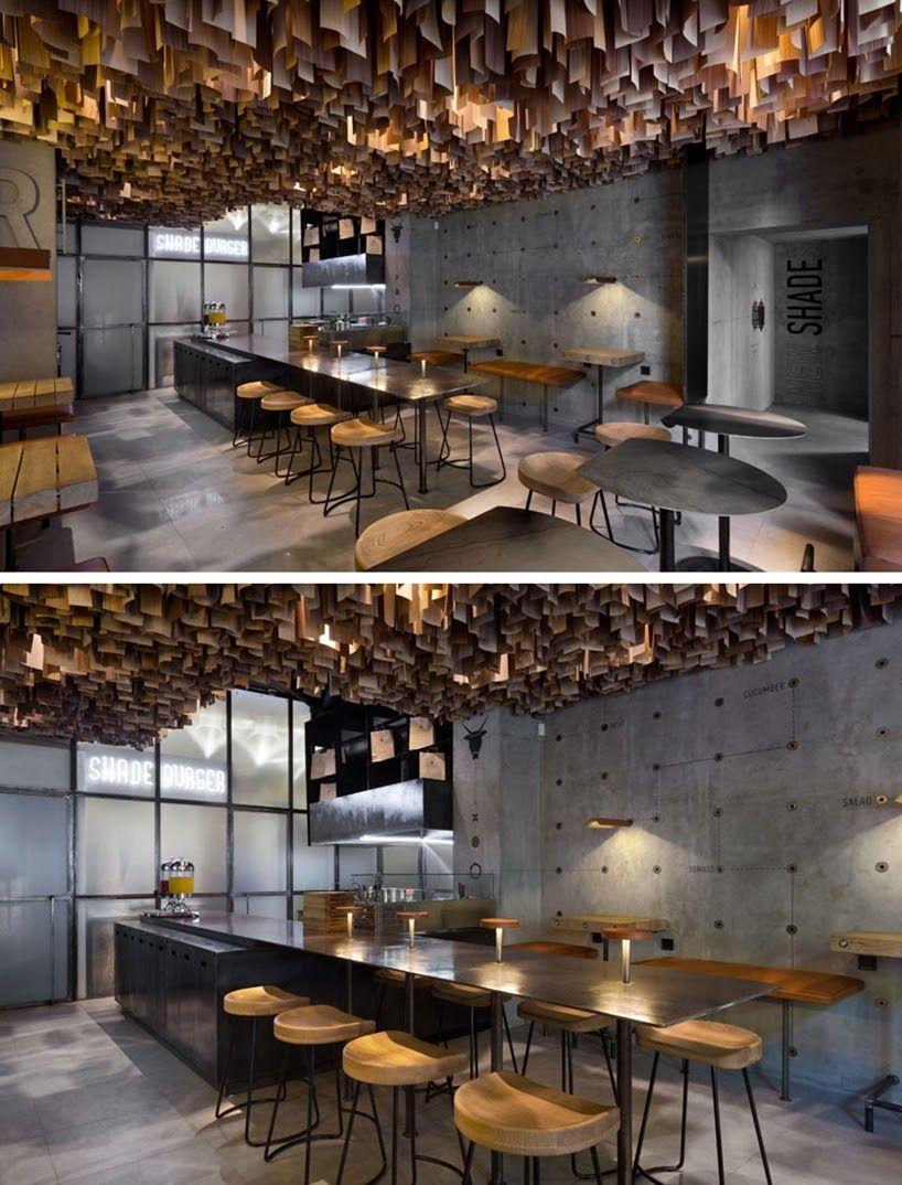 Chapas de madera suspendidas en el interior de este for Restaurante madera